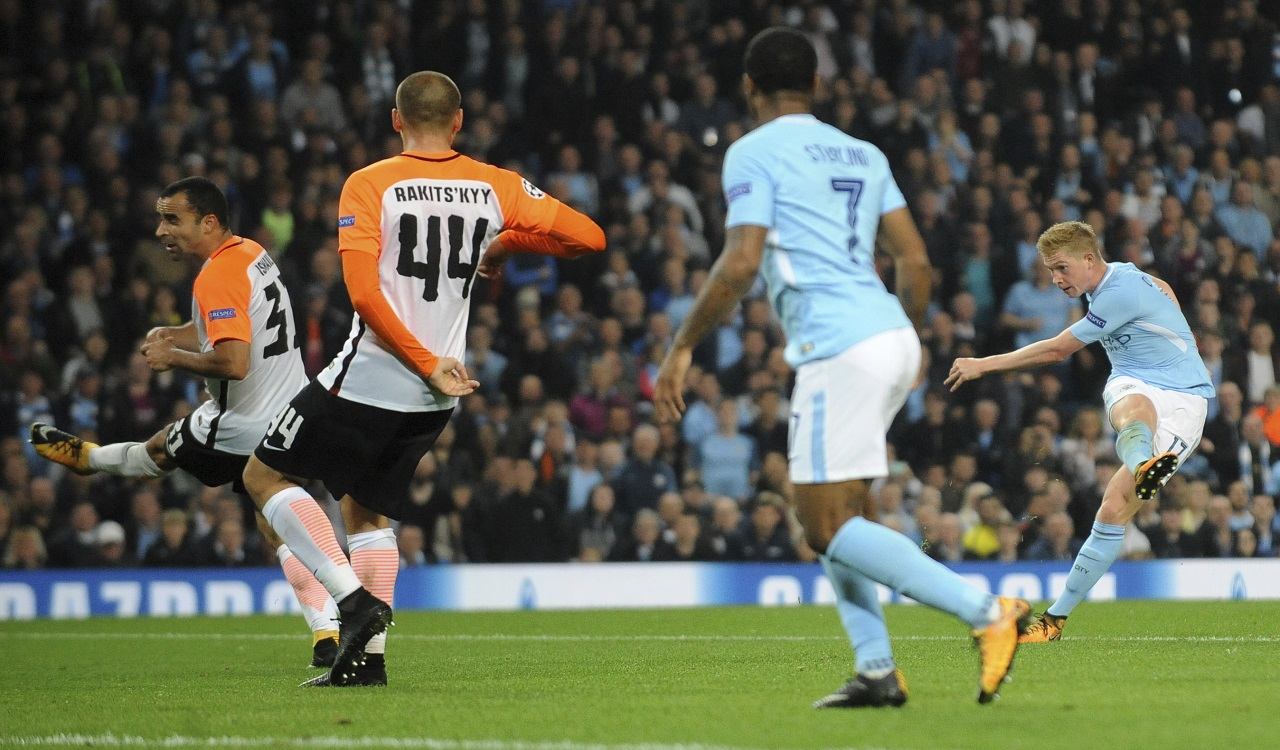 Manchester City's Kevin De Bruyne, right, shoots at goal during the Champions League Group F match against Shakhtar Donetsk at Etihad stadium, Manchester, England, Tuesday, Sept. 26, 2017.
