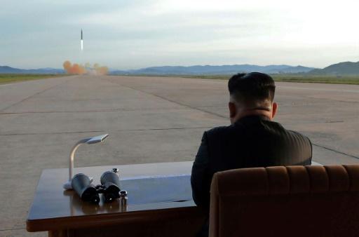 Photo non datée fournie par KCNA via KNS le 16 septembre 2017 montrant le leader nord-coréen Kim Jong-Un assitant au décollage d'un missile dans un endroit non communiqué