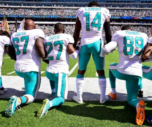 Geste de défiance face à Donald Trump, le 24 septembre 2017 avant le match de Miami Dolphins à Esat Rutherford face aux New York Jets.