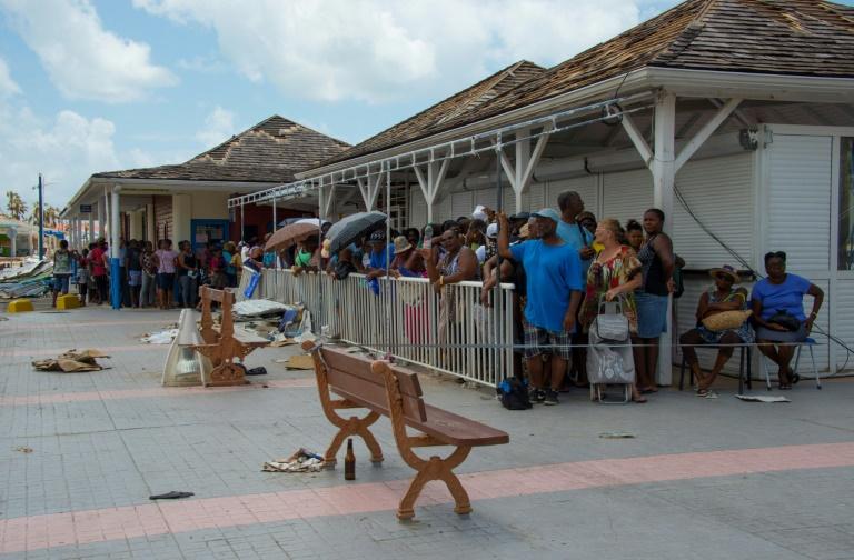 Des gens font la queue pour une distribution d'eau à Marigot sur la partie française de Saint-Martin, le 15 septembre 2017 ( Martin BUREAU / AFP )