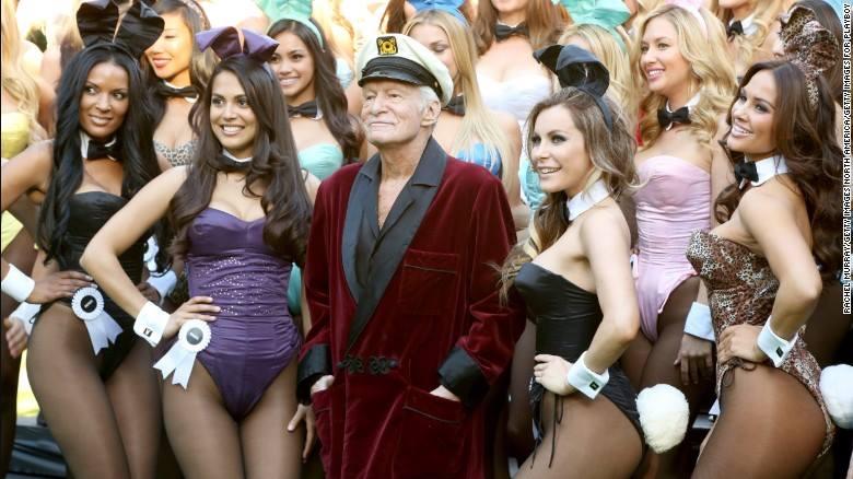 Hugh Hefner, entouré de jeunes femmes aux tenues érotiques.