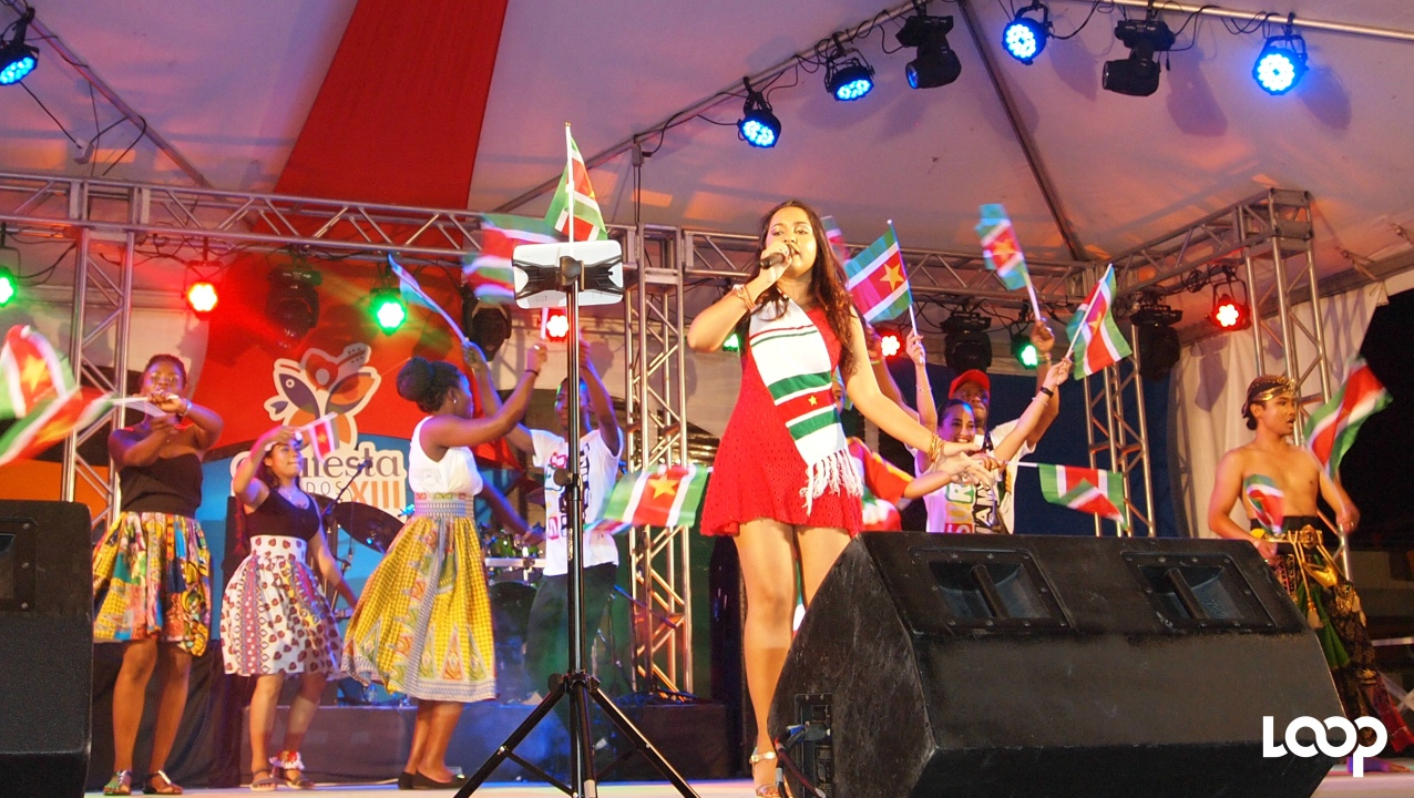 Nisha Maderan, chanteuse du Suriname performant au Suriname Country Night au CARIFESTA XIII.