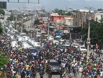 Une foule de sympathisants et des cohortes de voiture sur le boulevard Toussaint Louverture ce vendredi après-midi./Source: Compte twitter Jean Daniel Sénat