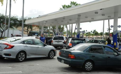 Des automobilistes attendent de pouvoir faire le plein avant l'arrivée de l'ouragan Irma, le 8 septembre 2017 à Miami