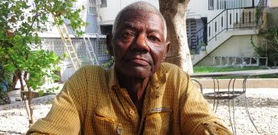 Le travailleur retraité de la canne à sucre répondait aux questions des employés du GARR./Photo: Josué Michel