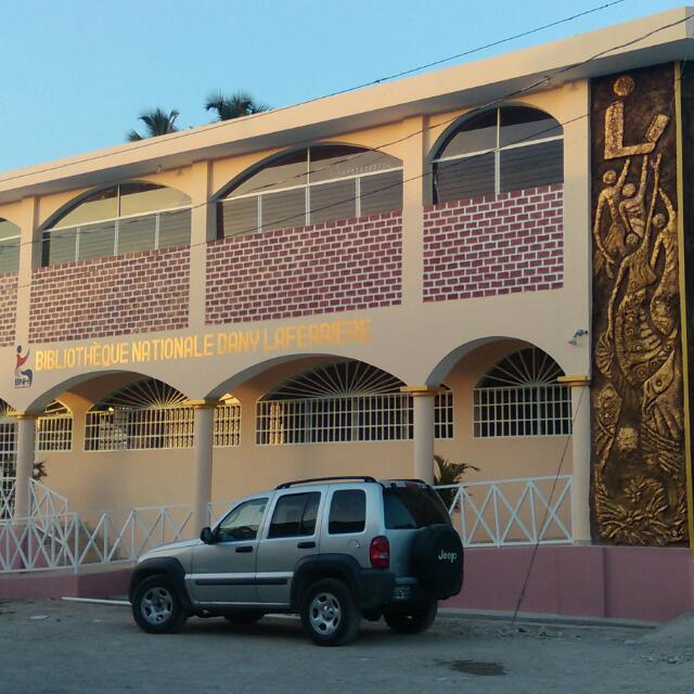 La façade du nouveau bâtiment de la bibliothèque de Petit-Goave portant le nom de Dany Laferrière.