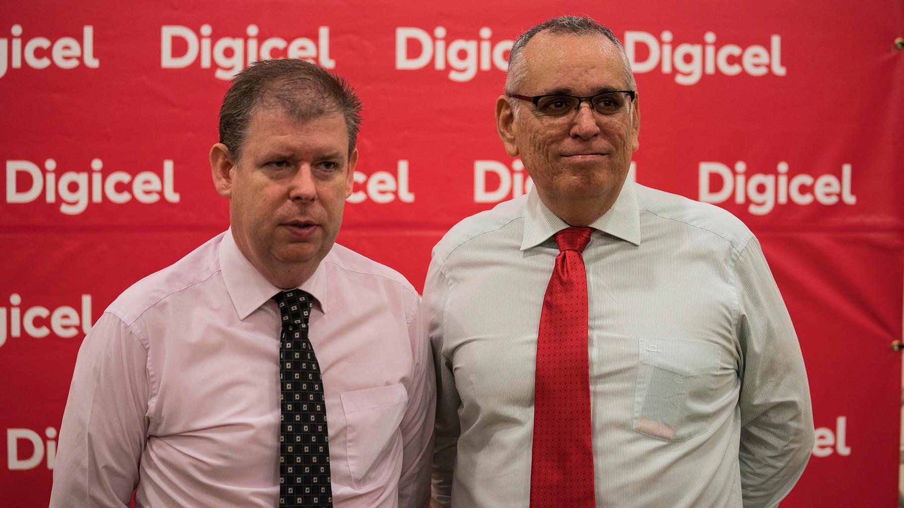 Riba foto, Kevin Kelly, direktor di Digicel Kòrsou i sr. Jorge Cuartas.