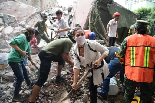 Des secouristes déblaient les décombres à la recherche des survivants à Mexico, le 19 septembre 2017