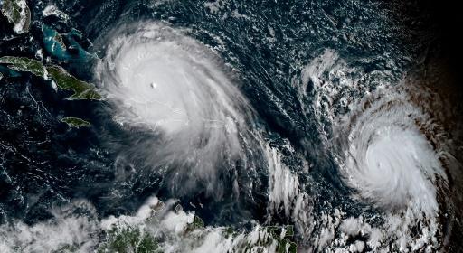 Image satellite fournie par l'Agence américaine d'observation océanique et atmosphérique montrant les ouragans Irma (g) et Jose (d) au dessus des Antilles, le 7 septembre 2017