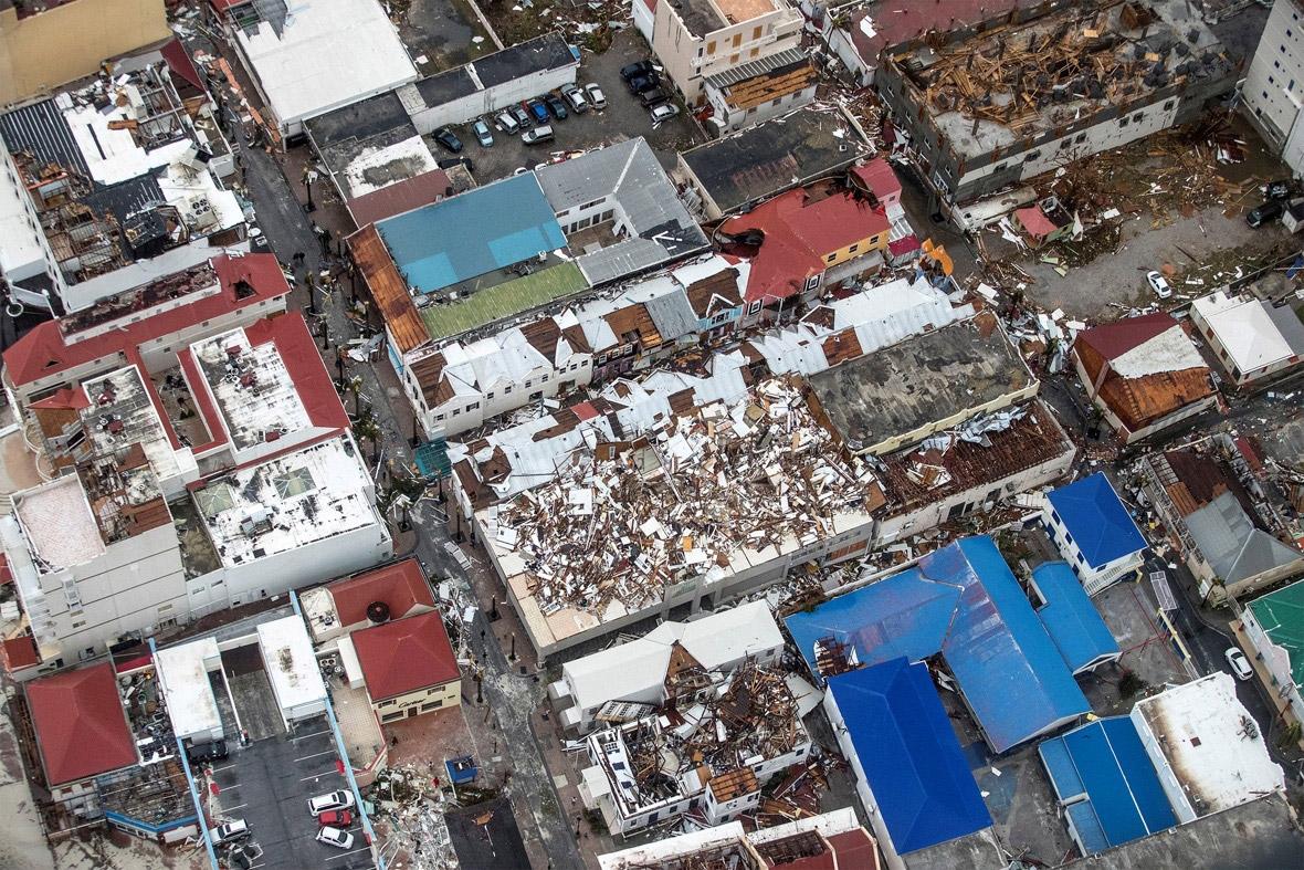 De ravage en de ontreddering op het eiland zijn enorm. Vermoedelijk is er zeker één dode gevallen. De communicatie met het eiland is nog altijd gebrekkig. (Foto: Nederlands Ministerie van Defensie)