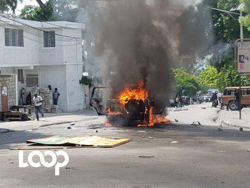 Un véhicule en flamme à Turgeau, dans le cadre de la deuxième journée de manifestations lancées à l'instigation de la plateforme Pitit Desalin./Photo: Widlore Mérancourt