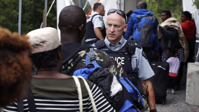Les demandeurs d'asiles affluent à la frontières canado-américaine à Saint-Bernard-de-Lacolle. Photo: radio- Canada.