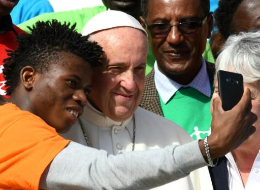 Le pape François pose avec un membre de Caritas Internationalis pendant l'audience générale sur la place Saint-Pierre au Vatican le 27 septembre 2017. AFP/Archives / VINCENZO PINTO