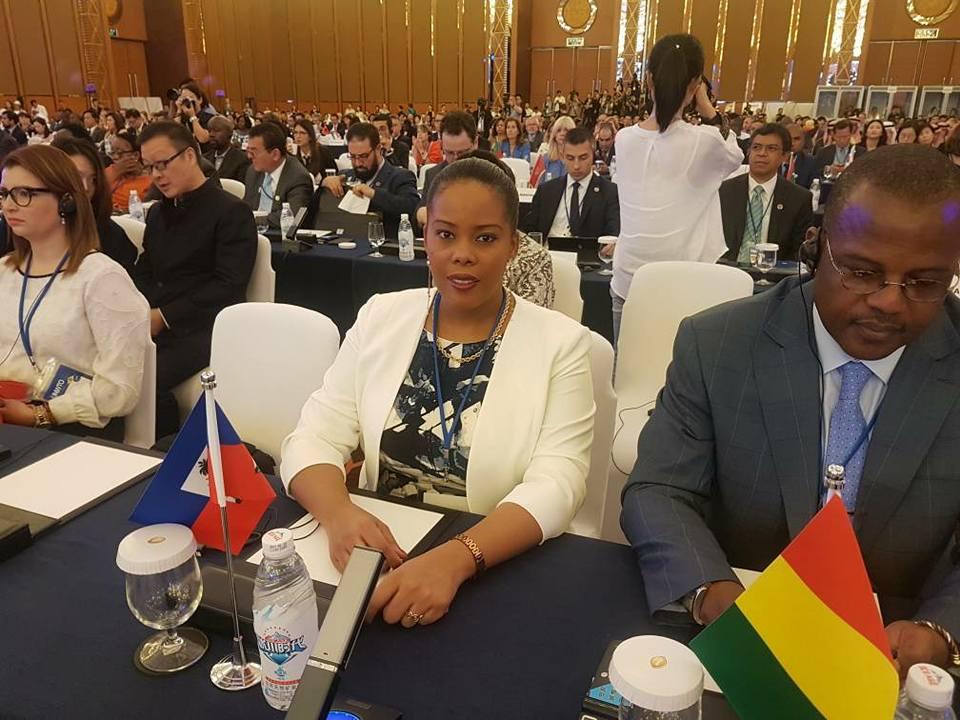 Au milieu, la ministre du Tourisme, Jessie Menos, à  l'assemblée générale de l'organisation mondiale du tourisme. Crédit photo: Facebook Ministère du Tourisme.