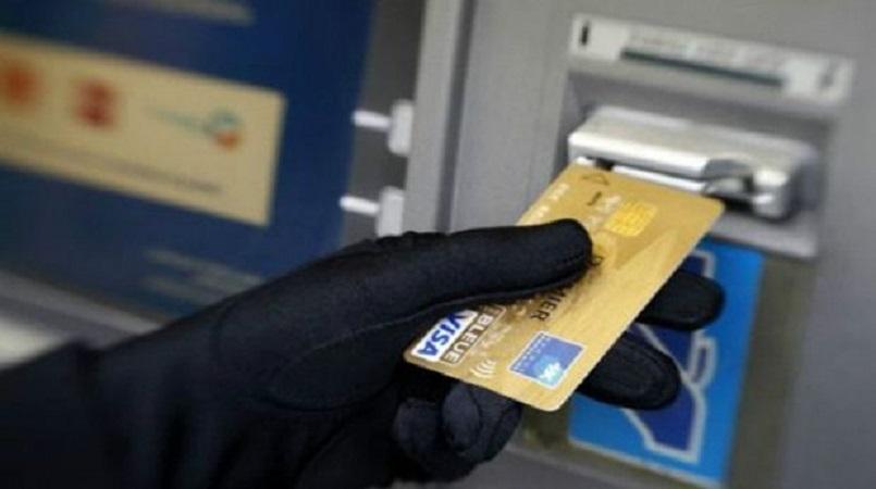 Tijdens het onderzoek kwam vast te staan dat in de meeste gevallen geld van de rekeningen van de benadeelden werd gelicht door daders die hen bekend zijn.