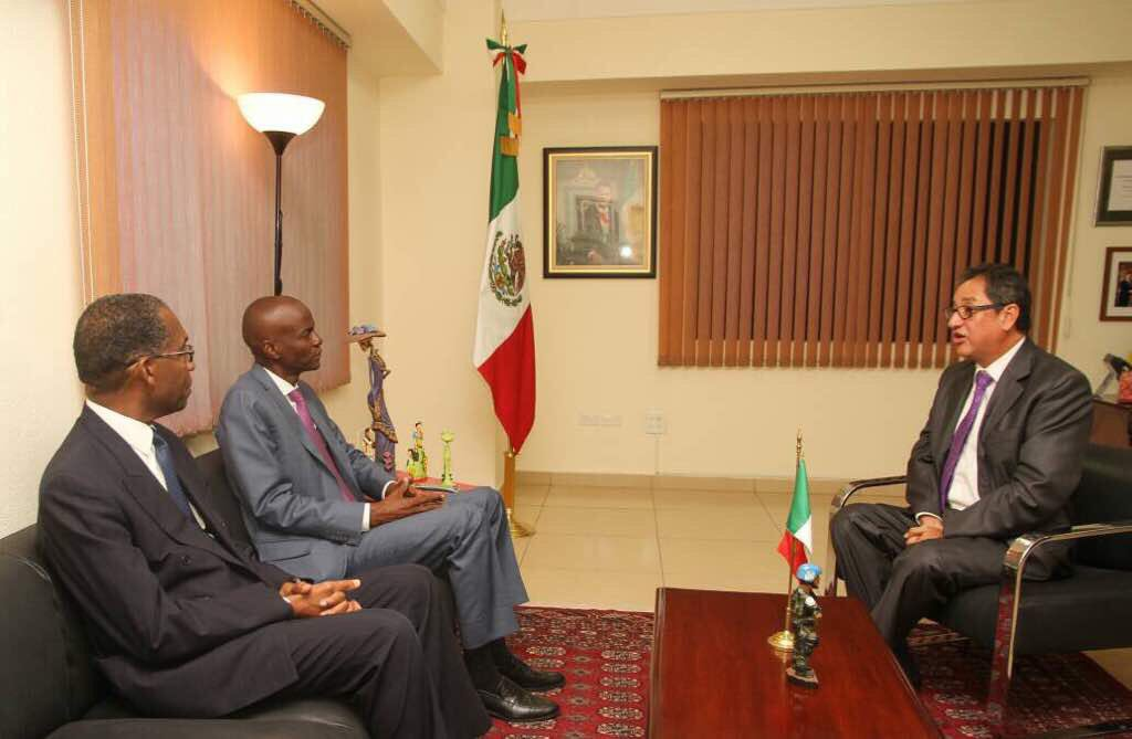 Le président Jovenel Moïse et Ministre des Affaires Étrangères Antonio Rodrigue, en visite à l'ambassade du Mexique. Crédit photo : Twitter Jovenel Moïse.