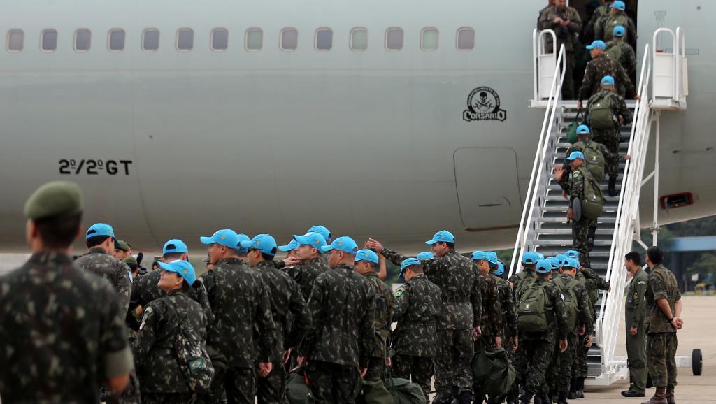 Un contingent de casques bleus bresiliens qui embarquaient pour Port-au-Prince. Crédit photo: RFI.
