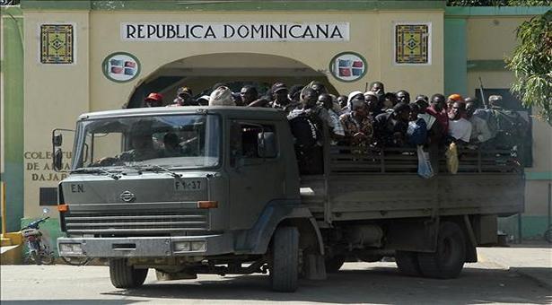 Des migrants haïtiens en passe d'être déportés à la frontière.