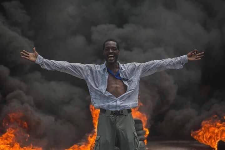La sublime photo du manifestant anti-budget prise mardi 12 septembre par le photographe du Kolektif 2 Dimansyon, K2D, Jeanty Junior Augustin dans le cadre d'une journée de manifestations organisée par la plateforme politique Pitit Dessalines.