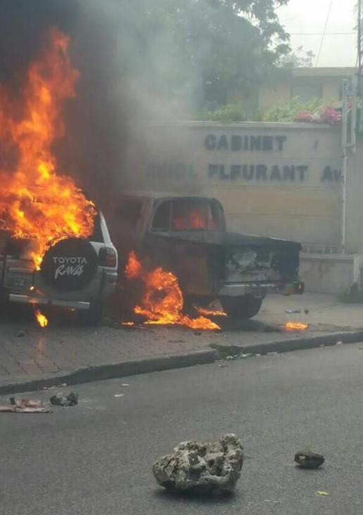 Deux véhicules en flammes devant le Cabinet Aviol Fleurant a Bois-Verna.