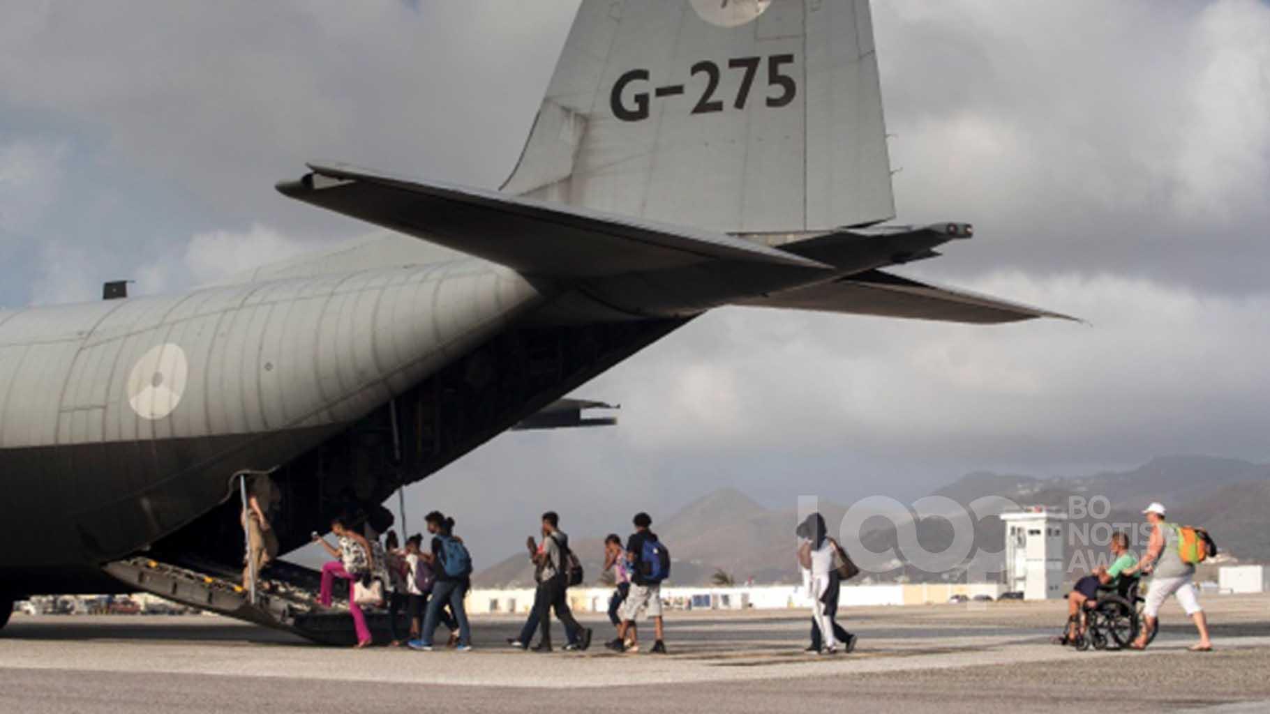 Honderden Sint-Maartenaren zijn met vluchten van het Nederlandse ministerie van Defensie overgevlogen naar Nederland.