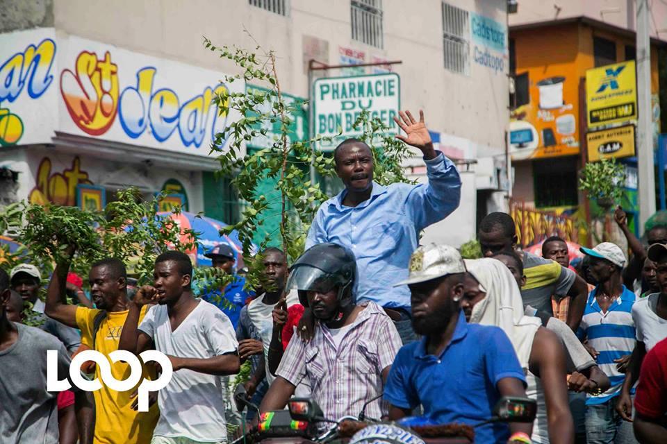 """Des manifestants protestent contre la """"tentative d'arrestation"""" de Moïse Jean-Charles à Delmas 75./Crédit photo: Estaïlove St-Val/Loop Haïti."""