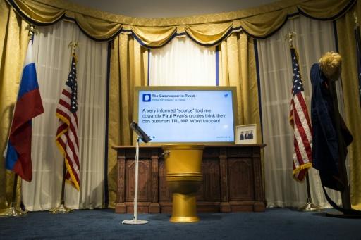 Une cuvette de WC en or surmontée d'un écran présentant un tweet de Donald Trump installés dans une maquette du Bureau ovale dans le cadre d'une exposition parodique organsiée par l'émission de télévision The Daily Show, à New York, le 16 juin 2017.