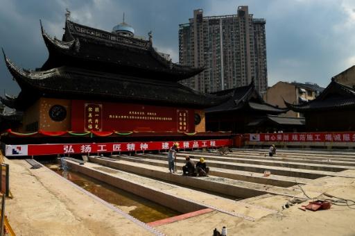 Des employés chinois sur le site du temple du Bouddha de jade le 5 septembre 2017 à Shanghai