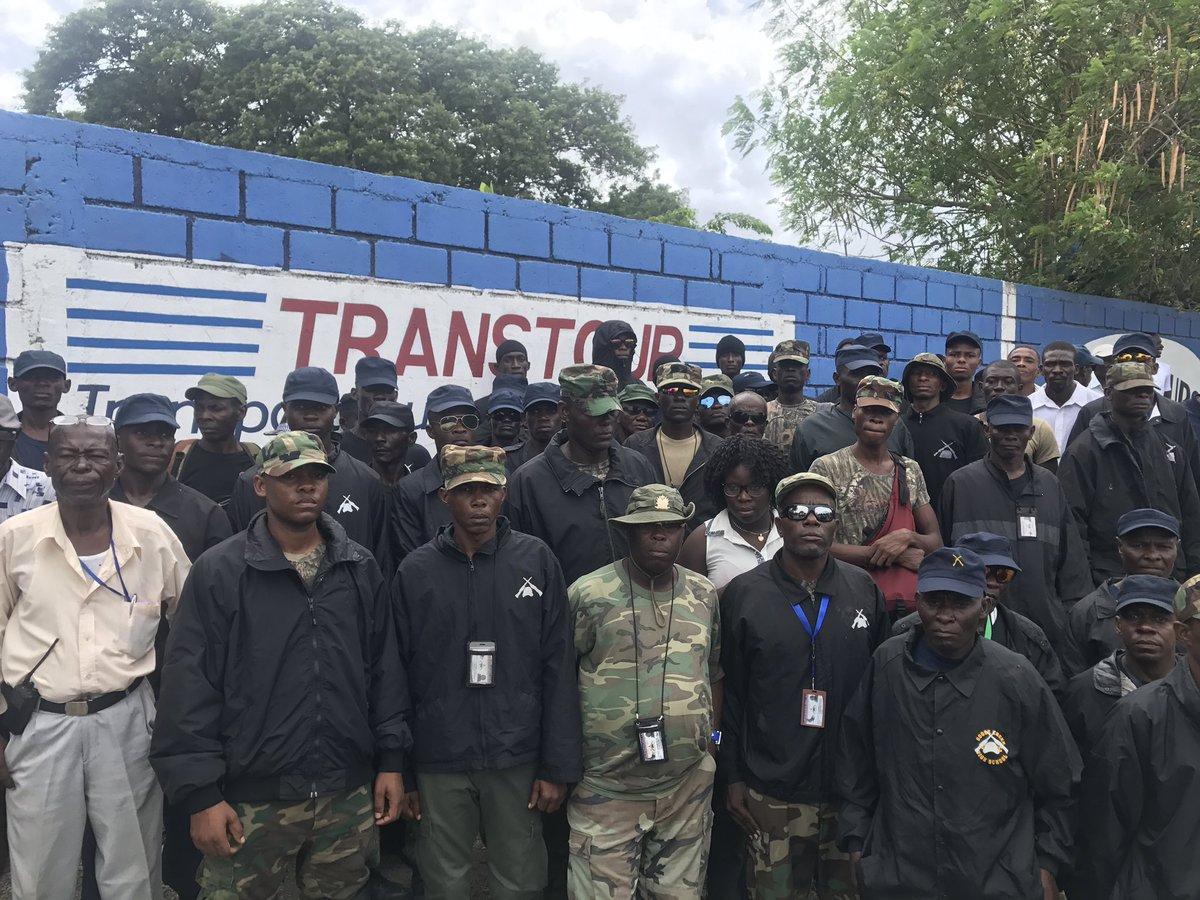 Des anciens militaires démobilisés venus accueillir le président Jovenel Moïse à l'aéroport ce vendredi 22 septembre. Credit photo: Twitter Jean Daniel Senat