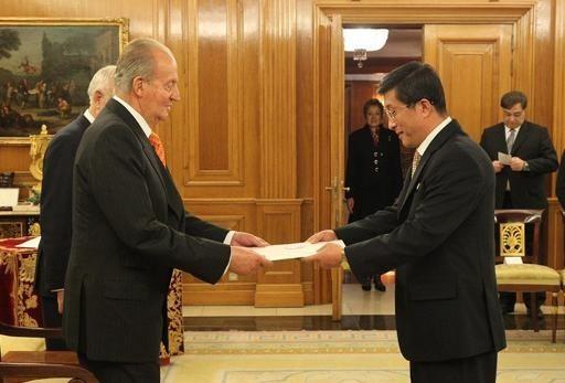 Le premier ambassadeur en Espagne de Corée du Nord, Kim Hyok Chol, présente ses lettres de créance au roi Juan Carlos au palais de la Zarzuela, à Madrid, le 15 janvier 2014 / Spanish royal house/AFP