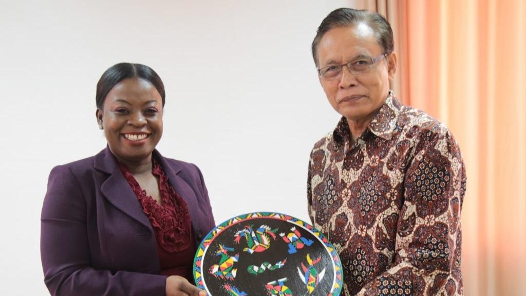 Minister Dogojo en de Indonesische ambassadeur Supratikto. Foto: NII