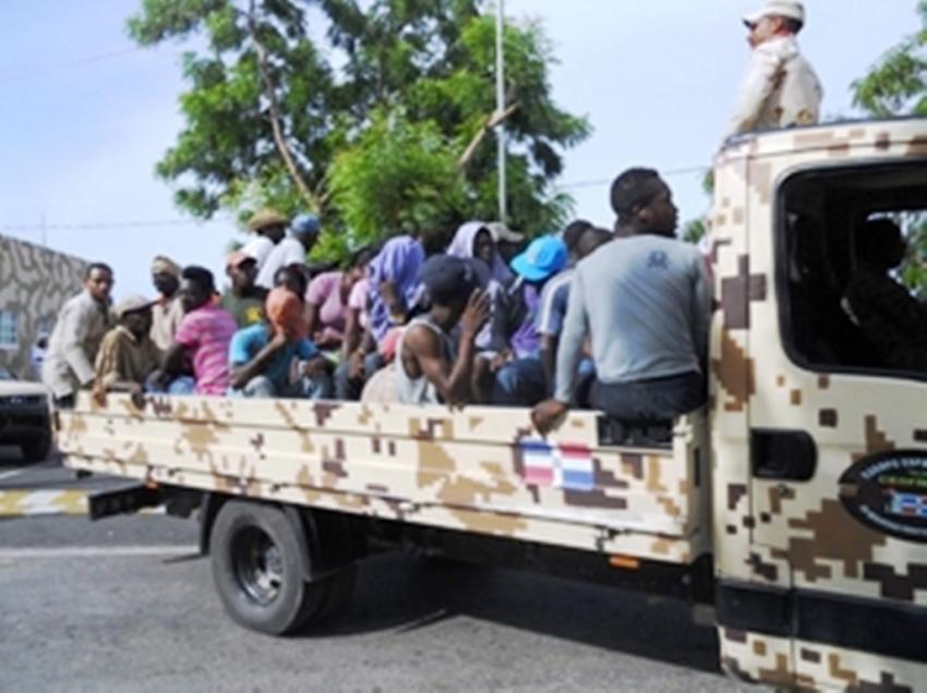 Des migrant (e)s haïtiens lors d'une opération de rapatriement. Credit Photo: Listin Diario