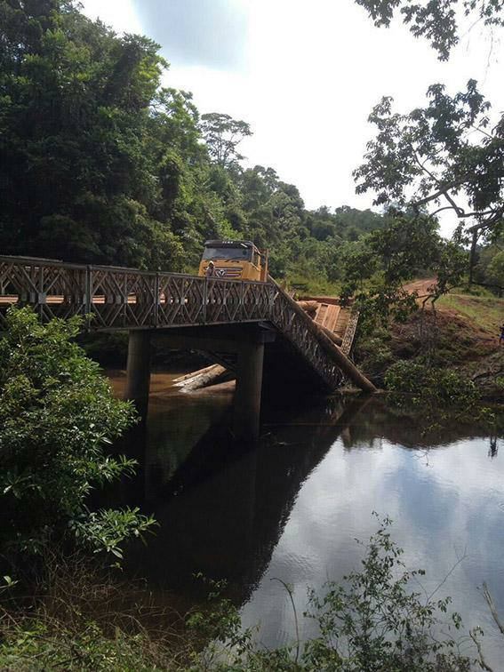 Een deel van brug over de Falawatrakreek in bestuursressort Kabalebo is gisteren ingestort.