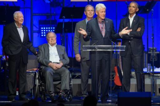 AFP / JIM CHAPIN  Les cinq derniers présidents américains Jimmy Carter, George H. W. Bush, George W. Bush, Bill Clinton et Barack Obama lors d'un concert pour lever des fonds pour les victimes des ouragans, à College Station, le 21 octobre 2017 au Texas