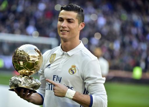 AFP/Archives / GERARD JULIEN Cristiano Ronaldo sacré pour l'édition 2016, pose avec son 4e Ballon d'Or France Football avant un match contre Grenade, le 7 janvier 2017 à Madrid