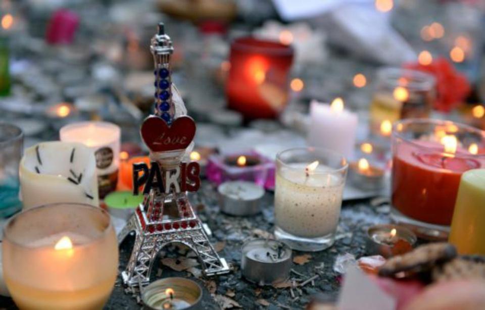 Des bougies et une Tour Eiffel miniature déposées près du Bataclan deux jours après les attentats de Paris, le 15 novembre 2015 — MIGUEL MEDINA AFP