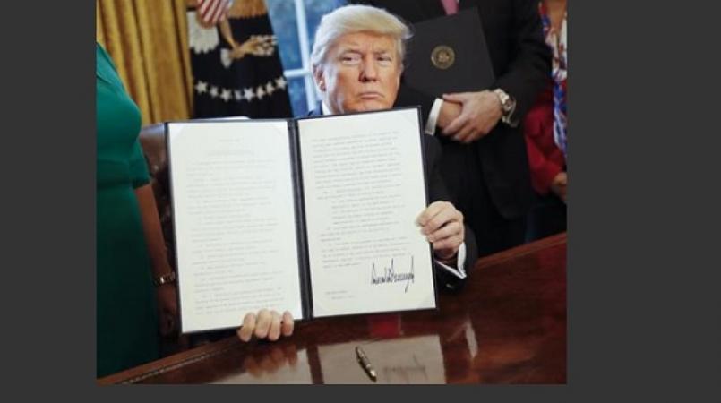 Donald Trump signe un décret pour contourner l'Obamacare