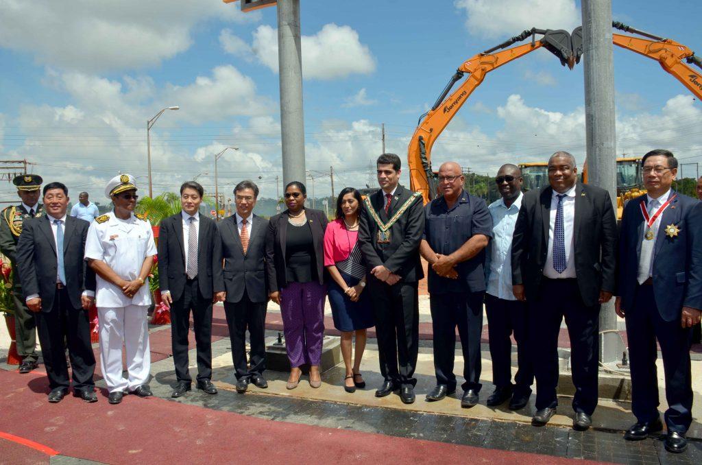 Waarnemend president Ashwin Adhin heeft woensdag het startsein gegeven voor het Dalian IV project te Paranam. (Foto NII)