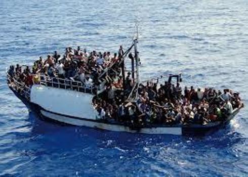 Vue d'une embarcation de fortune en difficulté. Crédit photo: HPN