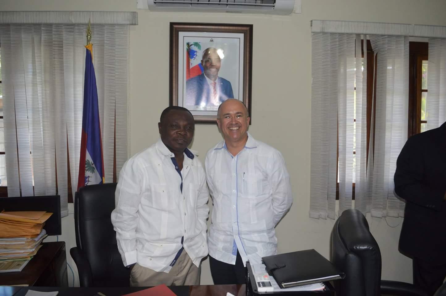 Les ministres de l'environnement  dominicain et haïtien, Dominguez Brito et Pierre Simon Georges. Crédit photo: Facebook/Ministère de l'environnement d'Haiti.