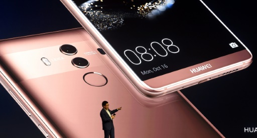 AFP / Christof STACHE Richard Yu, PDG de Huawei Consumer Business Group, présente le nouveau Huawei Mate 10, à Munich, le 16 octobre 2017