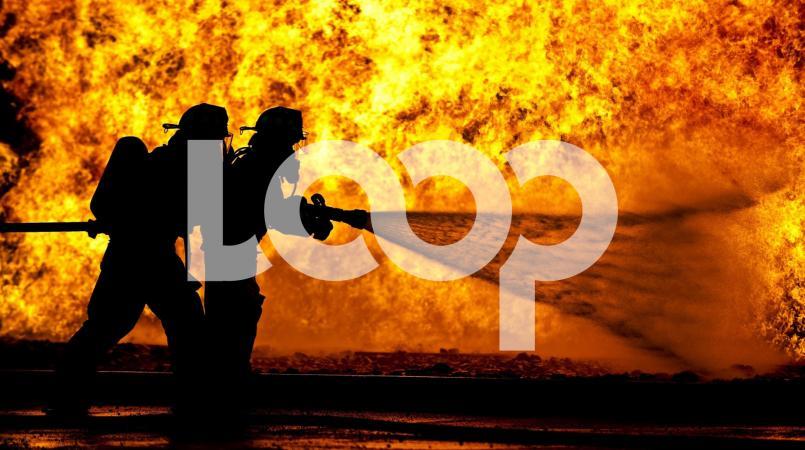 De ingeschakelde Brandweer heeft kunnen voorkomen dat omliggende panden ook afbrandden. De houten woning is geheel afgebrand.