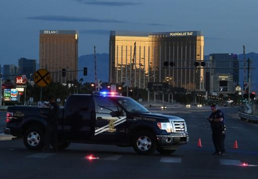 AFP / Mark RALSTON Cordon de sécurité policier autour de l'hôtel Mandalay Bay à Las Vegas d'où a tiré Stephen Craig Paddock, le 2 octobre 2017