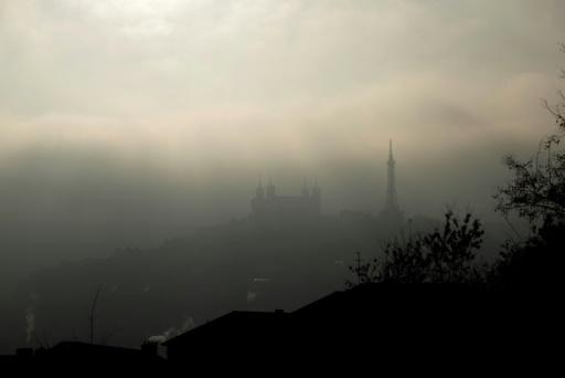 AFP/Archives / JEFF PACHOUD  La basilique Notre-Dame de Fourvière, noyée dans un nuage de pollution et de brume, le 7 décembre 2016, à Lyon