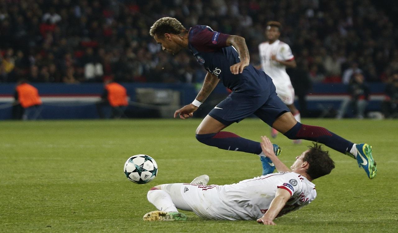 De Braziliaan liet zich minuten voor tijd de woede door Lucas Ocampos opjagen en moet dat bekopen met zijn tweede gele kaart.