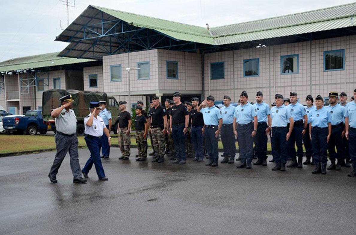 De waarnemend korpschef is tijdens zijn bezoek uitgenodigd om de Franse troepen te inspecteren. (Foto: KPS)