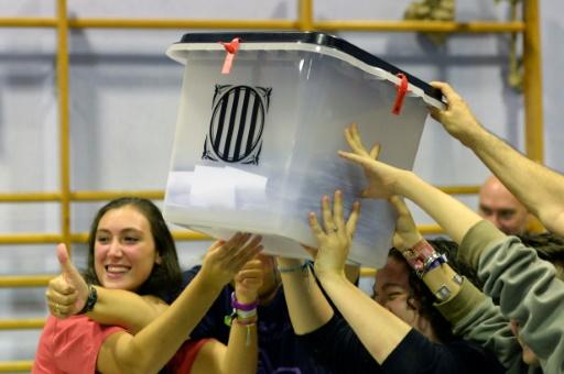Des gens portent une urne à Barcelone le 2 octobre 2017. AFP / Josep LAGO