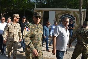 Une partie de la délégation des députés et des militaires en visite à la frontière haïtiano-dominicaine. Crédit photo : Listin Diaro.