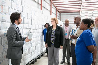 La Chargée d'Affaires de l'ambassade des États-Unis en Haïti, Robin Diallo, en visite à l'entrepôt alimentaire du PAM à Port-au-Prince ce vendredi 13 octobre 2017. Crédit photo : Ambassade des Etats-Unis à Port-au-Prince
