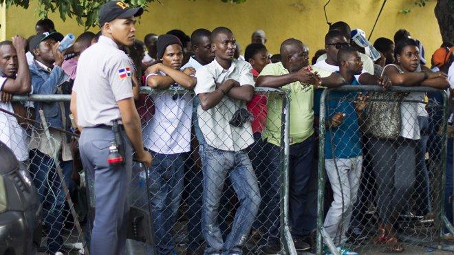 © AFP/ERIKA SANTELICES Des Haïtiens font la queue devant le ministère de l'intérieur à Saint-Domingue, le 16 juin 2015, dans l'espoir d'une régularisation.